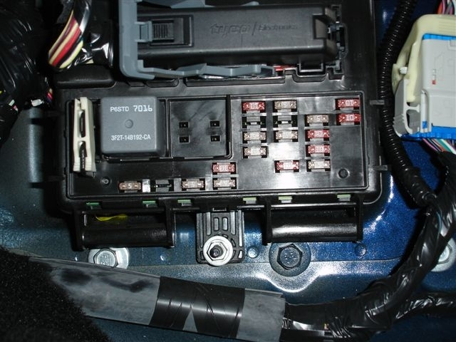 2006 ford mustang fuse box location